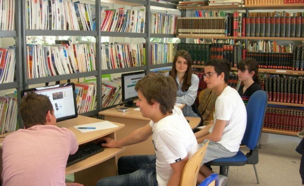 студенты в библиотеке в лагере International Bilingual School of Provence