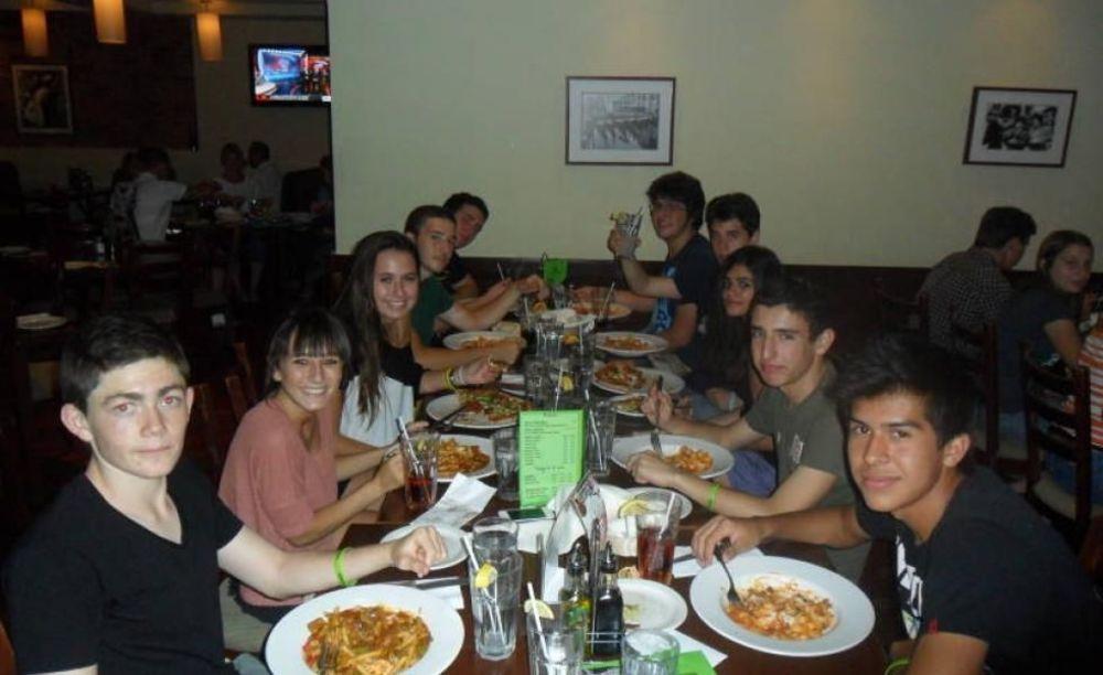 студенты на обеде в лагере EC Монреаль