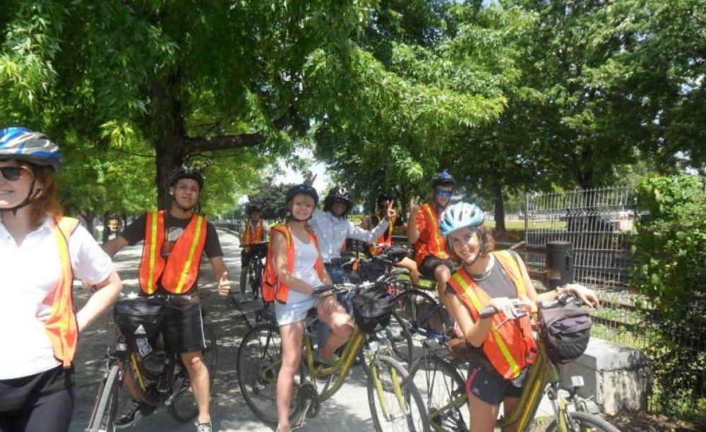прогулка на велосипедах участников лагеря EC Монреаль