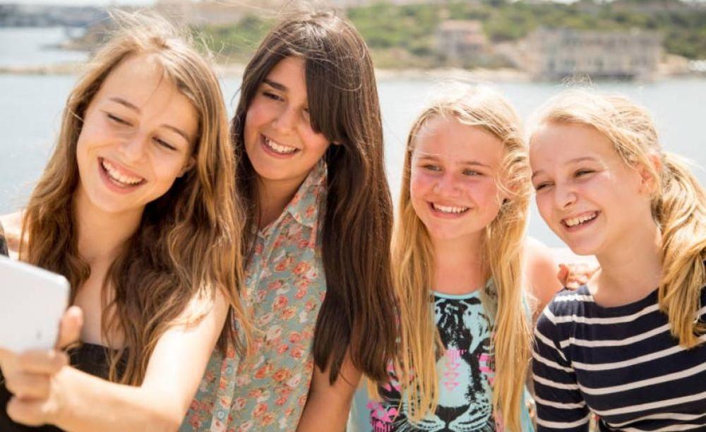 радостные дети на пляже EC Malta, St. Julian's