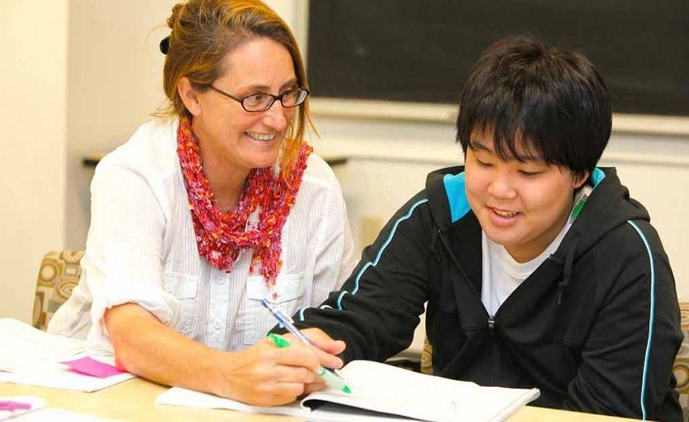 ELC Santa Barbara преподаватель занимается с ребенком