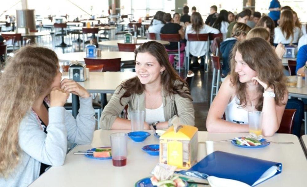 студенты в столовой в лагере St Giles на базе California State University, East Bay