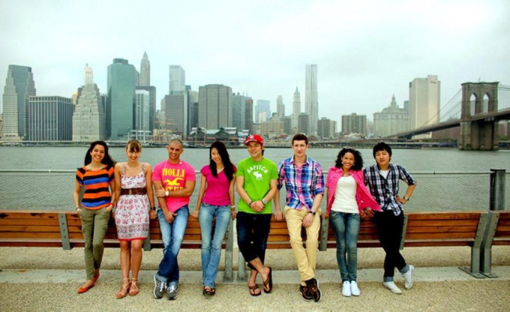 участники лагеря Rennert в Marymount Manhattan College на прогулке