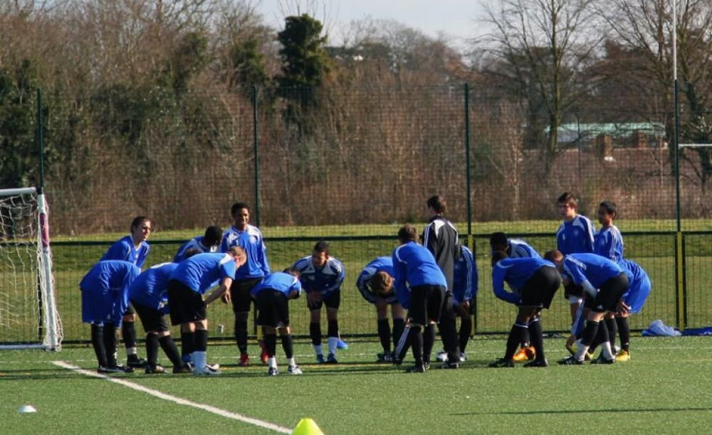 футболисты на тренировке в академии в школе Brooke House College