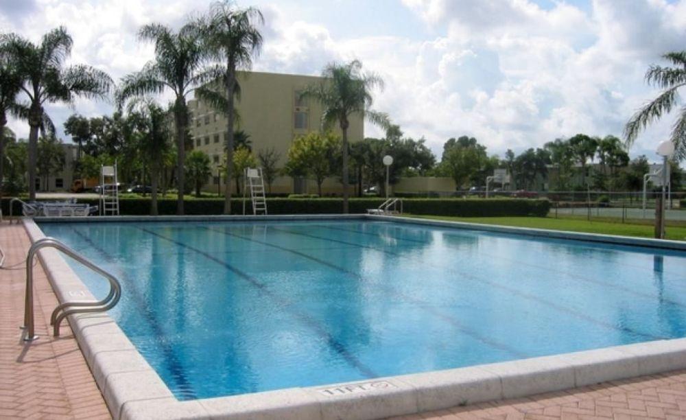 бассейн в резиденции лагеря LAL Boca Raton