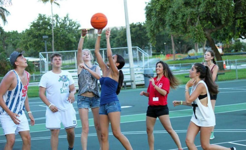 игра в баскетбол в лагере LAL Boca Raton