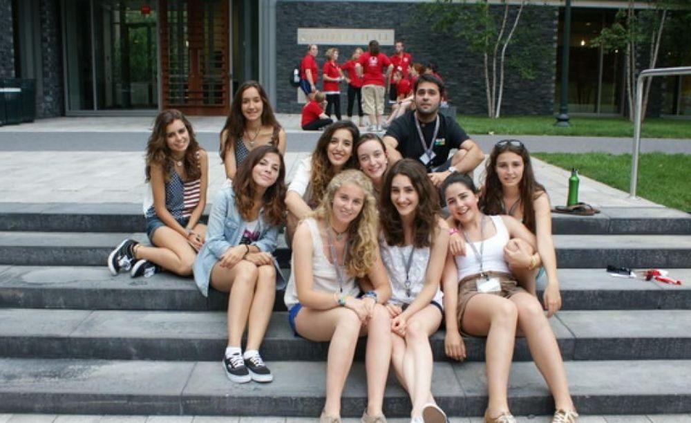 участники лагеря LAL на ступеньках Fordham University, Rose Hill