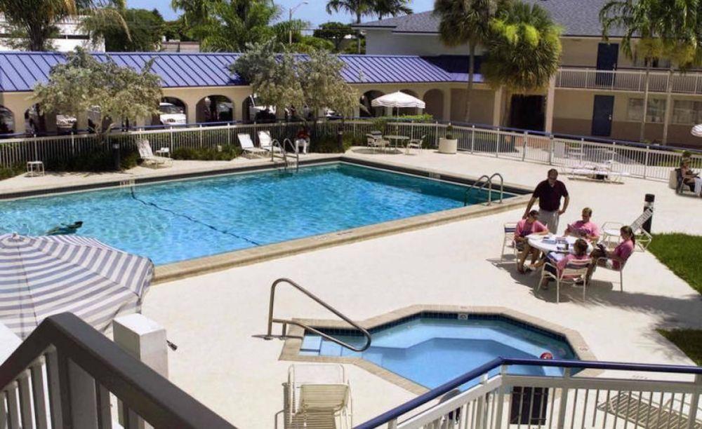 бассейн в лагереLAL Fort Lauderdale