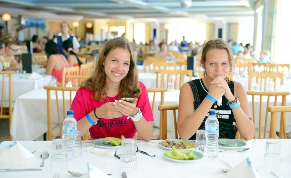 діти обідають в готелі Clubclass Mellieha, Paradise Bay Hotel