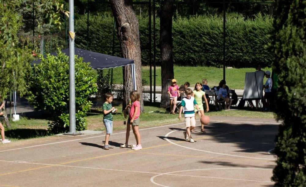 дети на спортивной площадке в лагере Francisco de Vitoria University (Madrid), Enfocamp
