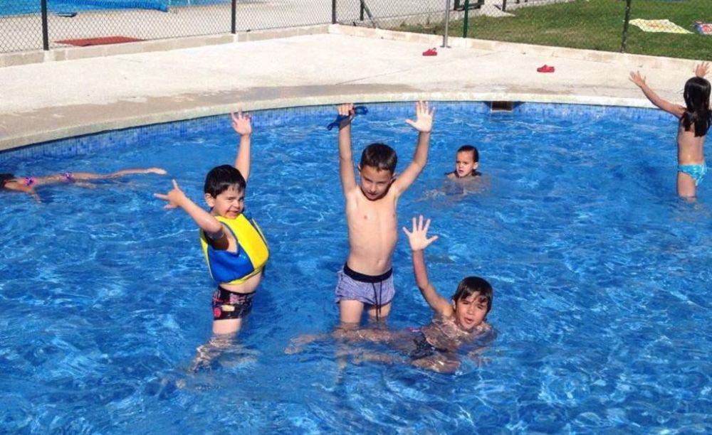 дети в лагере Francisco de Vitoria University (Madrid), Enfocamp в бассейне