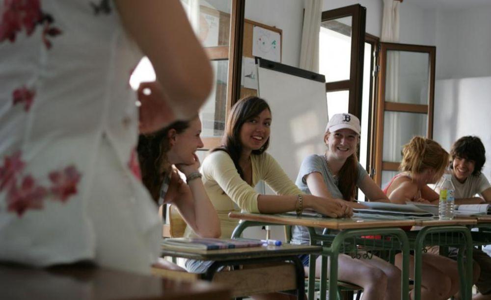 дети на занятиях в лагере Marbella Albergue, Enfocamp