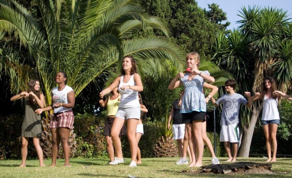 студенты на тренировке в лагере Marbella Albergue, Enfocamp