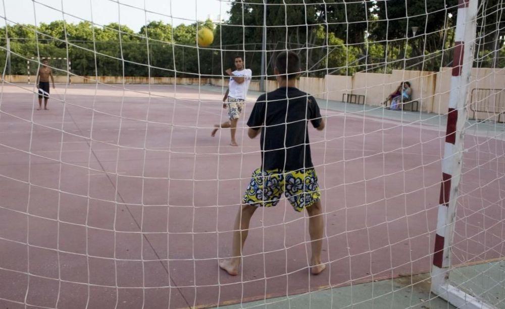 дети играют в футбол в лагере Marbella Albergue, Enfocamp