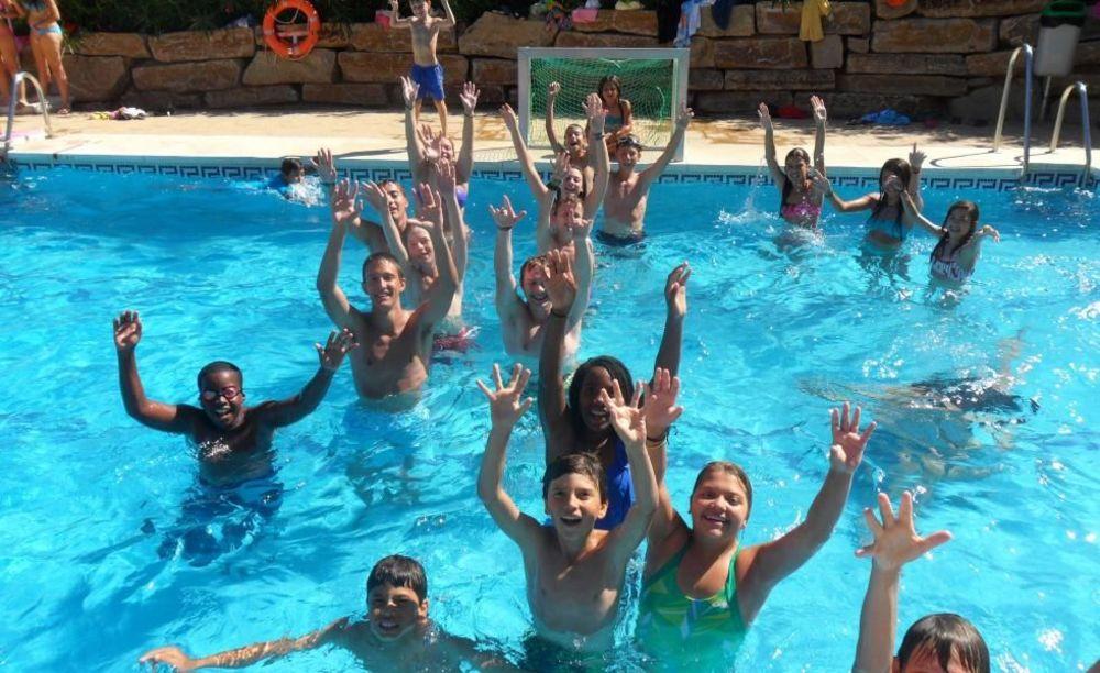 дети в бассейне в лагере Marbella Aleman, Enfocamp
