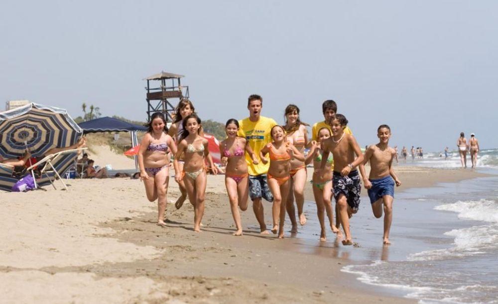 дети на пляже в лагере Marbella Aleman, Enfocamp