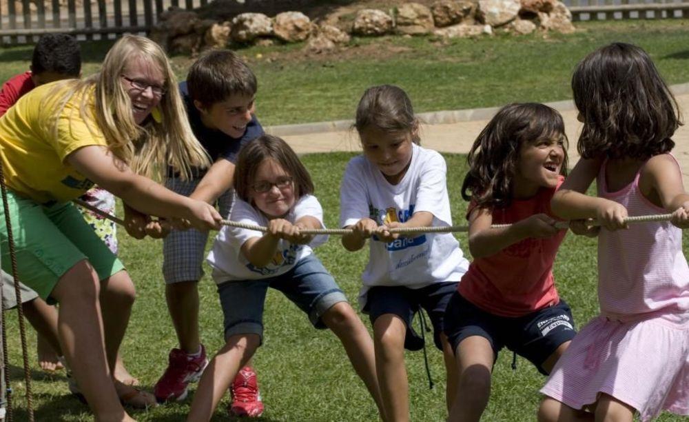 дети перетягивают канат в лагере Marbella Aleman, Enfocamp