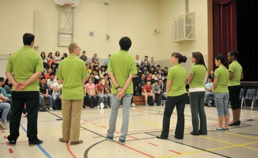 участники летнего лагеря Columbia International College на встрече с преподавателями