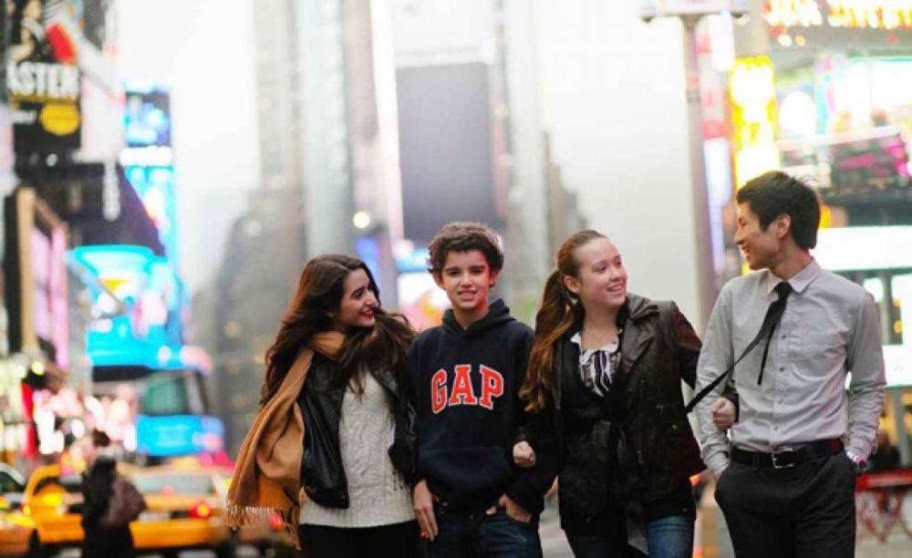 студенты школы Rennert New York School на прогулке