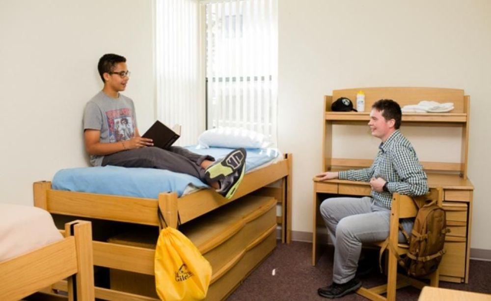 студенты в резиденции в лагере St Giles на базе California State University, East Bay