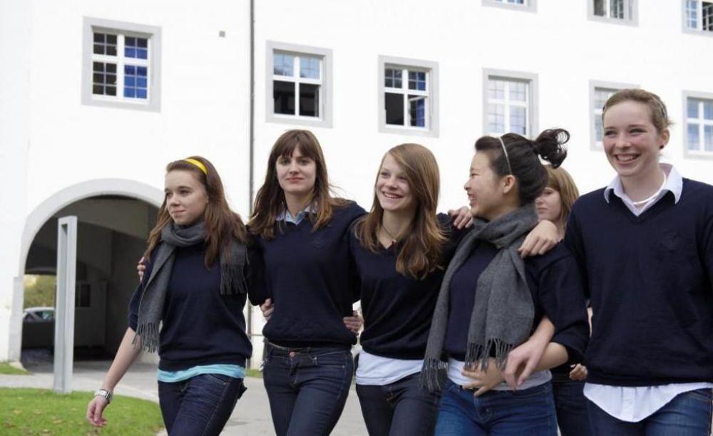 ученицы школы Schule Schloss Salem на прогулке