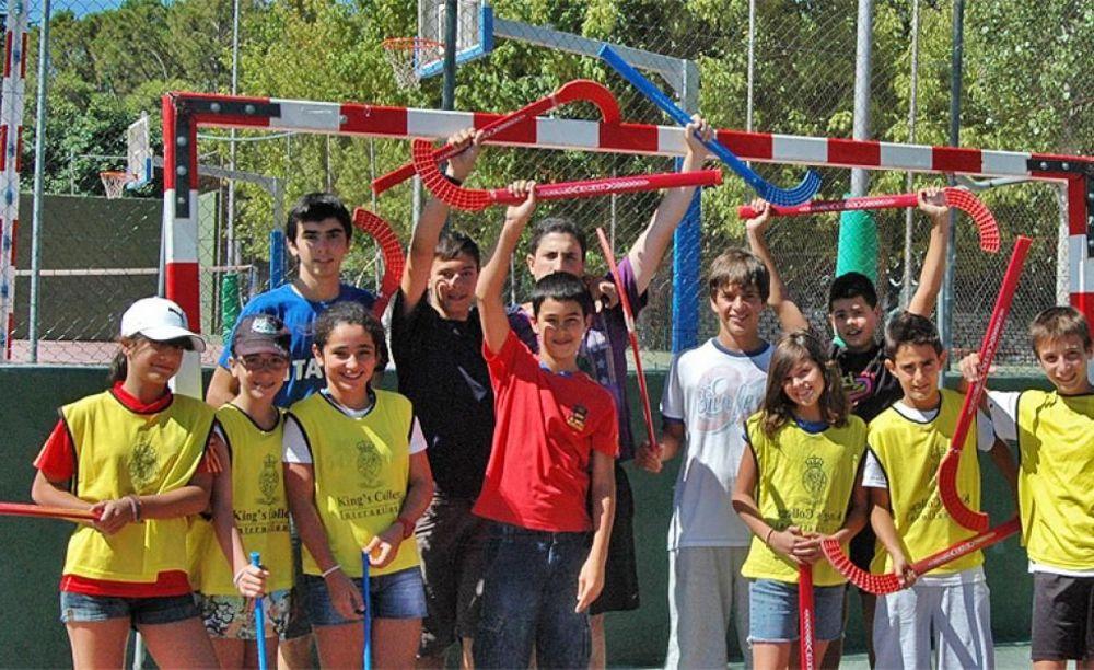дети в лагере King's College, The British School of Madrid на прогулке