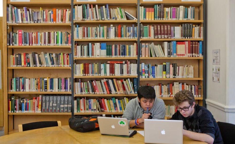 St. Clare's, Oxford дети в библиотеке