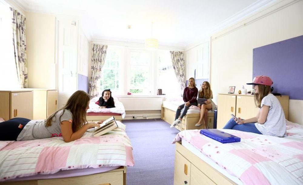 St. Clare's, Oxford Summer комната для младших школьников