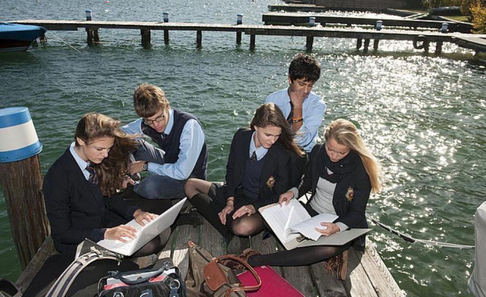 студенты St. Gilgen International занимаются на озере