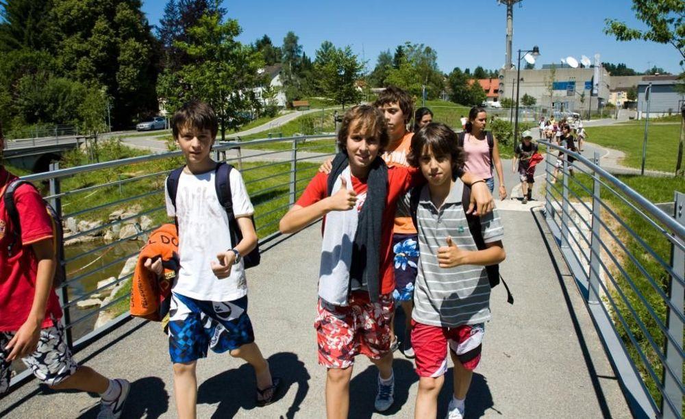 студенты по дороге в бассейн лагерь Lindenberg, Humboldt – Institut