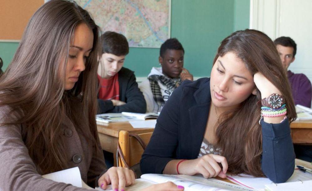 студенты на занятиях в школе Notre-Dame International High School