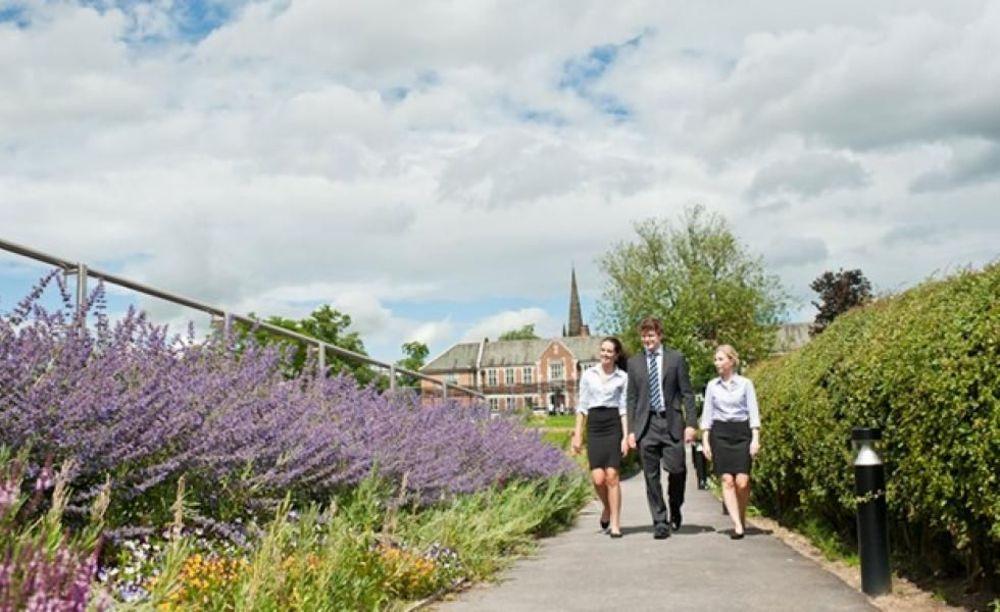 студенты школы St. Peter's School на прогулке