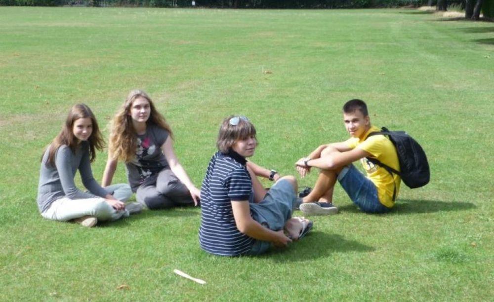 ученики London Tutorial College на природе