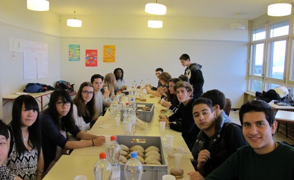 ученики на обеде в школе Lemania College