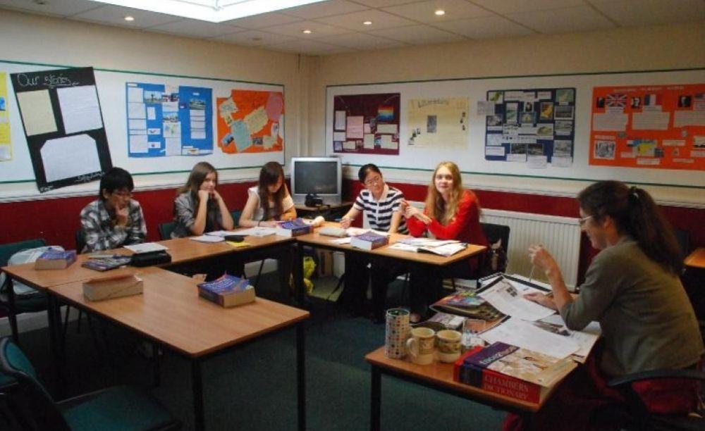 ученики на занятиях в London Tutorial College