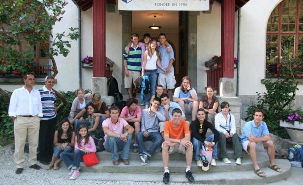 ученики возле школы Ecole Nouvelle de la Suisse Romande