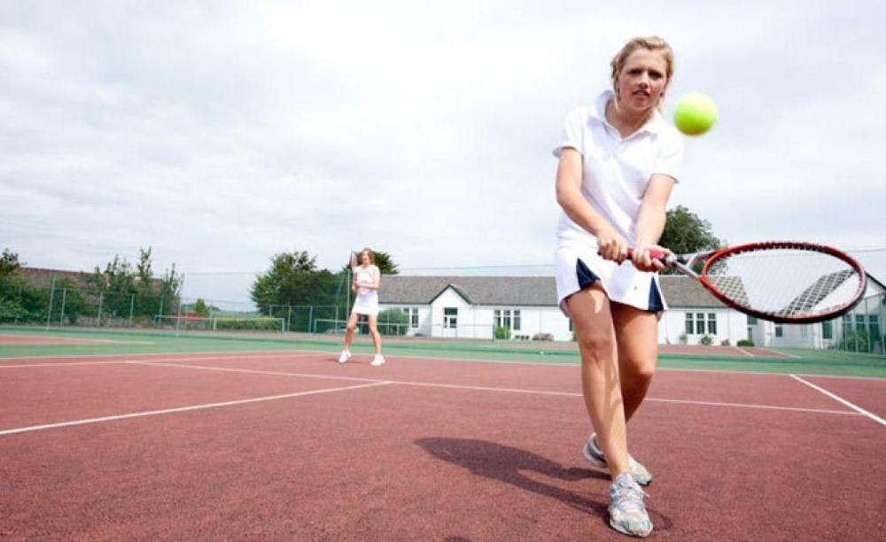 ученица играет в теннис в Strathallan School