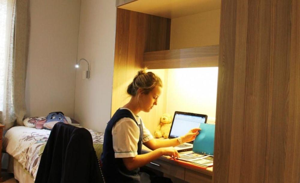ученица в комнате резиденции Roedean School