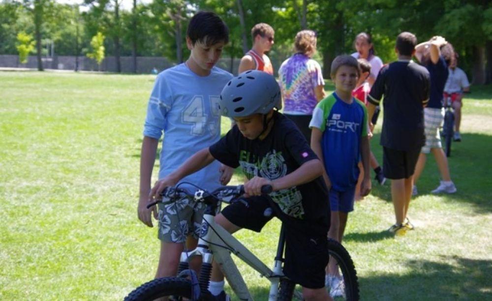 катание на велосипелах в лагере CISS Lakefield College School