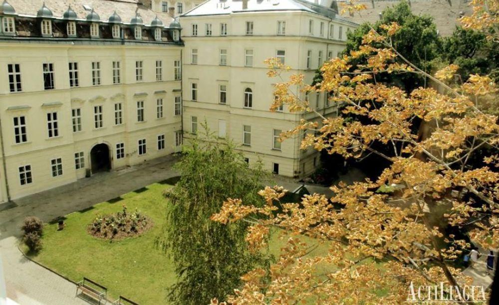 вид на здание школы Actilingua в Вене