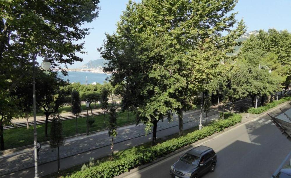 вид со школы Accademia Italiana Salerno