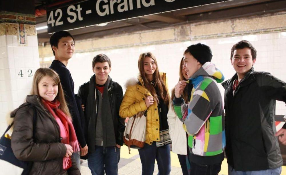 студенты школы Rennert New York School в метро