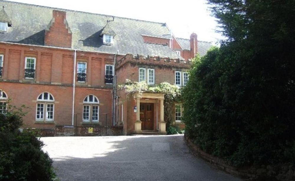 здание школы St John's International School