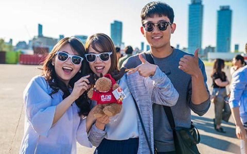 Две девушки в очках с микрофоном и парень