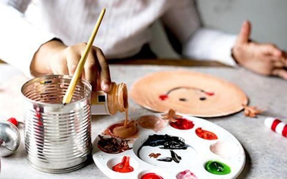 девочка наливает краски в палитру