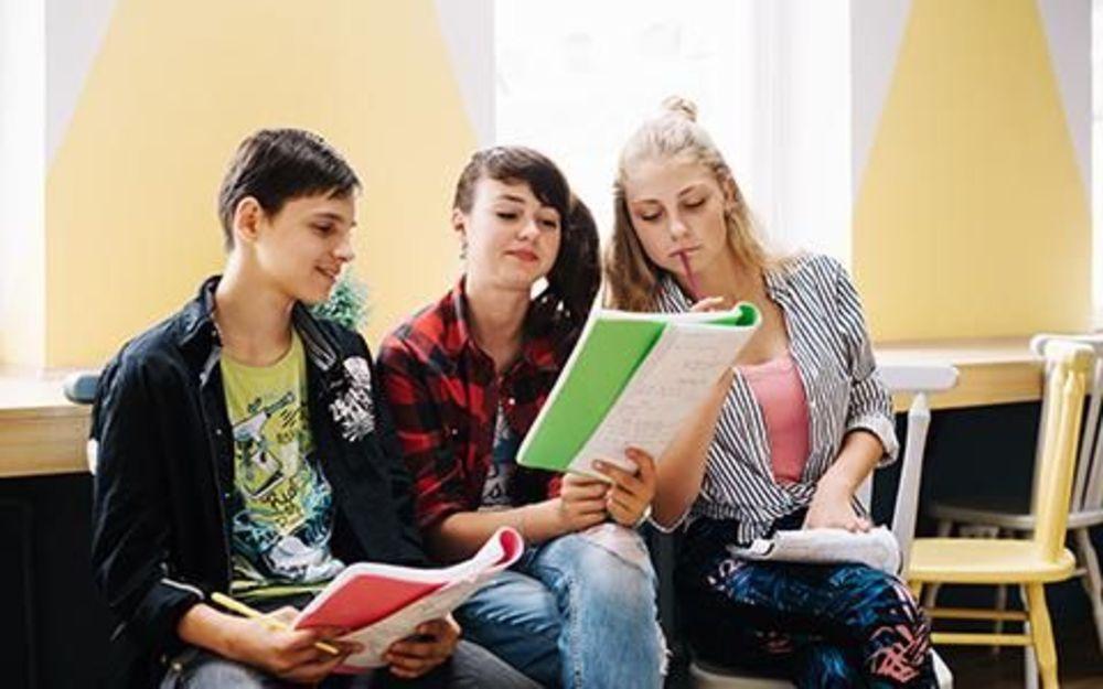 Три подростка учатся