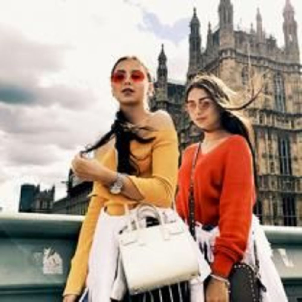 Две девочки на фоне красивого здания в готическом стиле
