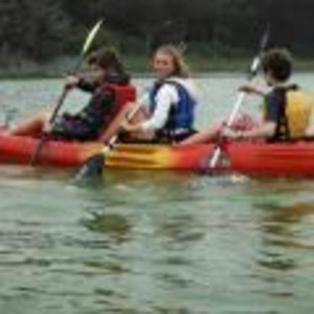 дети на речке в лагере Tamwood в Сан-Франциско