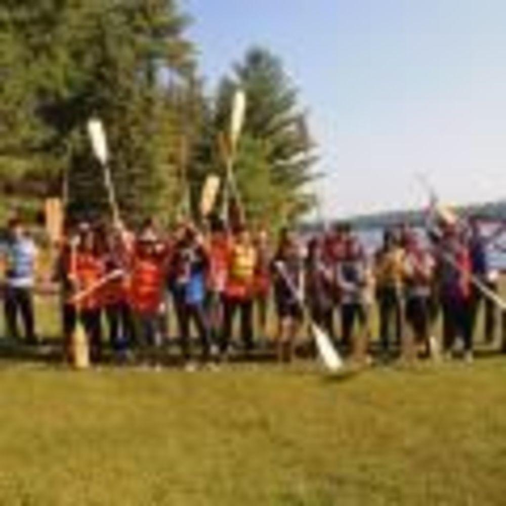 участники летнего лагеря Columbia International College у реки