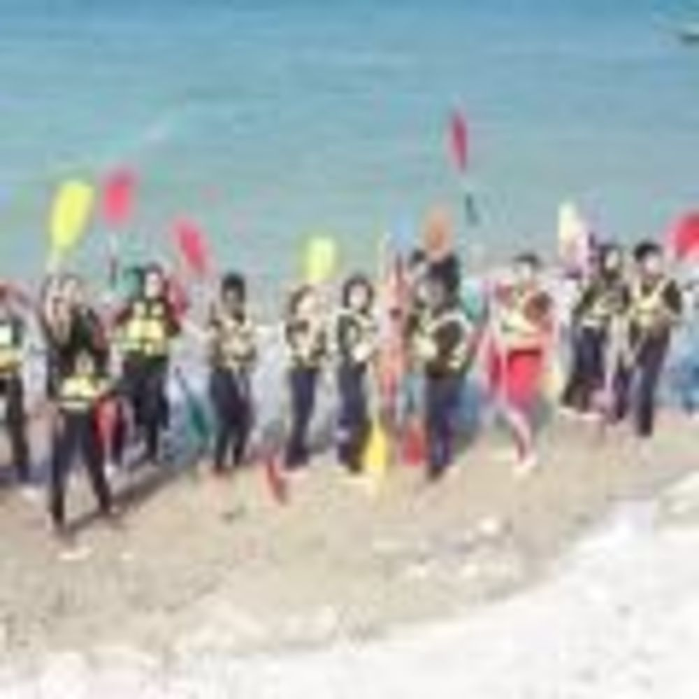 студенты занимаются водным спортом Ecole Des Roches